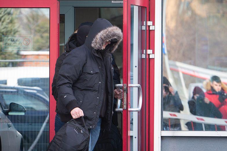 Zatrzymani ws. Polskiej Grupy Zbrojeniowej wychodzą z siedziby CBA w Warszawie
