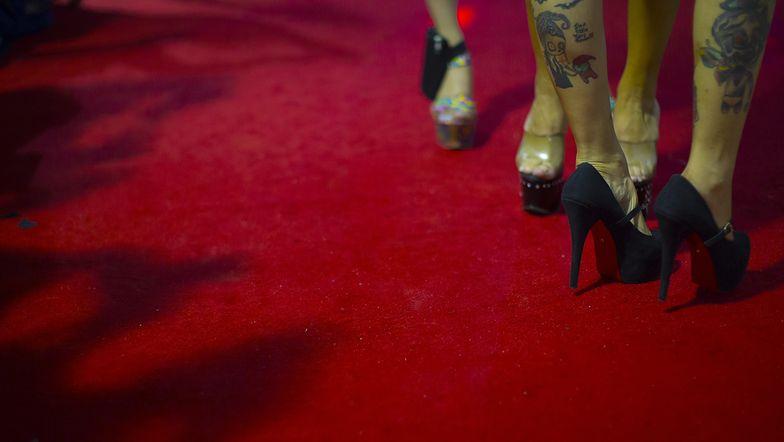Prostytutki na wysokich obcasach oczekują na klientów