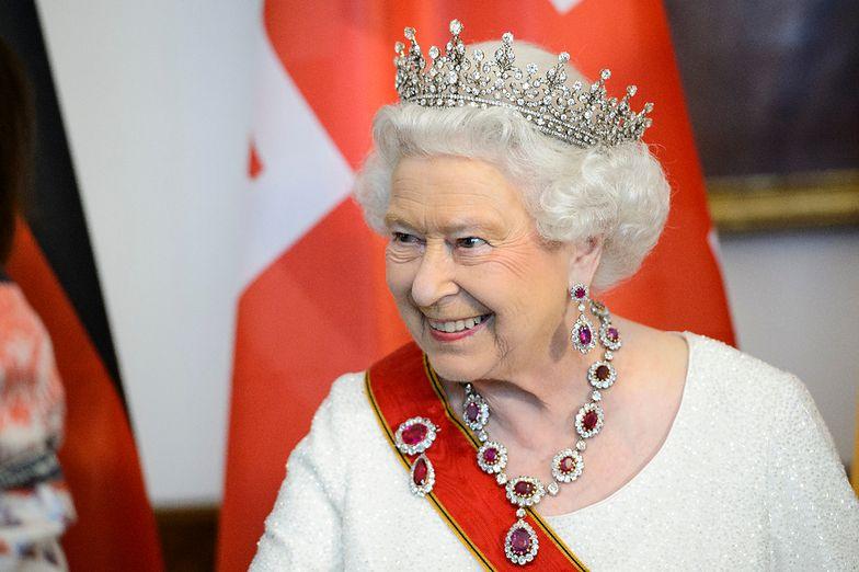 Elżbieta II w królewskiej biżuterii