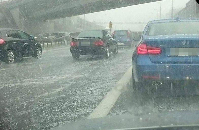 Kierowcy zablokowali drogę ekspresową. Padał deszcz i grad, więc stanęli pod wiaduktem