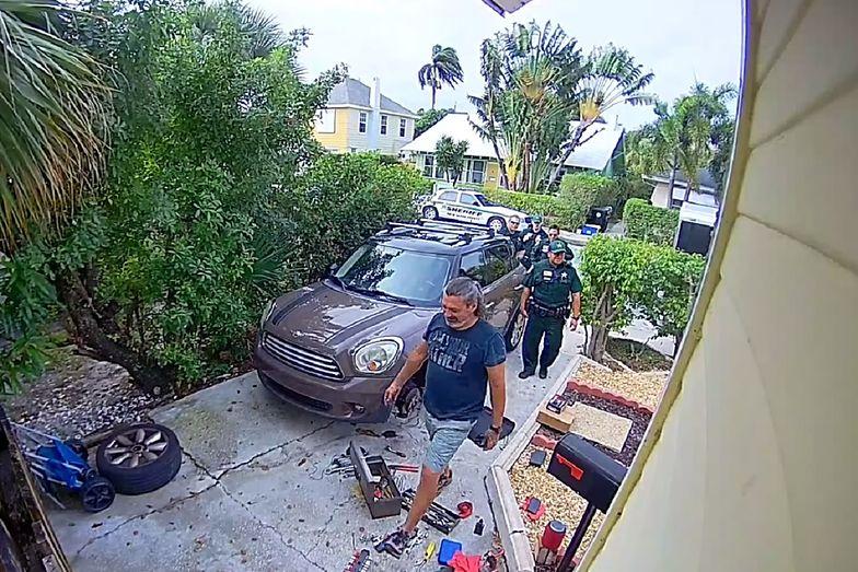 Sąsiedzi usłyszeli wołania uwięzionej kobiety. Policjanci osłupieli na miejscu