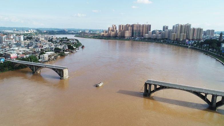 Chiny. Zawalił się most, samochody wpadły do rzeki