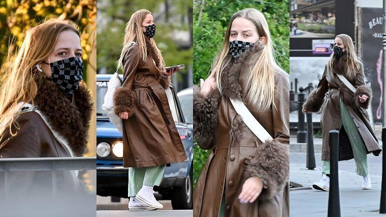 Modna Jessica Mercedes w markowej maseczce spaceruje ulicami Warszawy