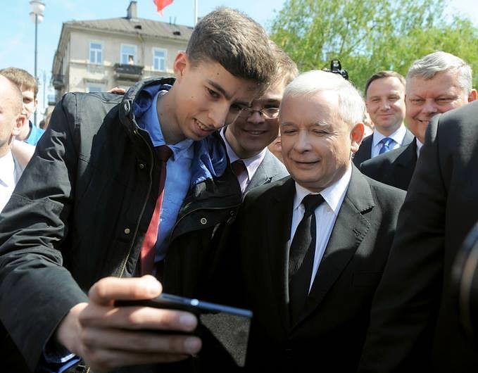 Prezes PiS Jarosław Kaczyński ze swoimi zwolennikami i działaczami partyjnymi.