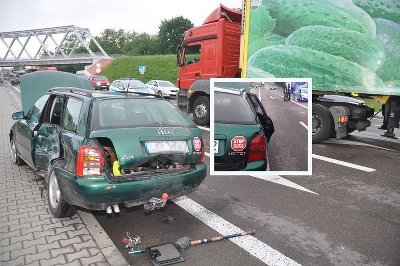 """Pijany spowodował śmiertelny wypadek. Na tyle naklejka: """"Stop pijanym kierowcom"""""""