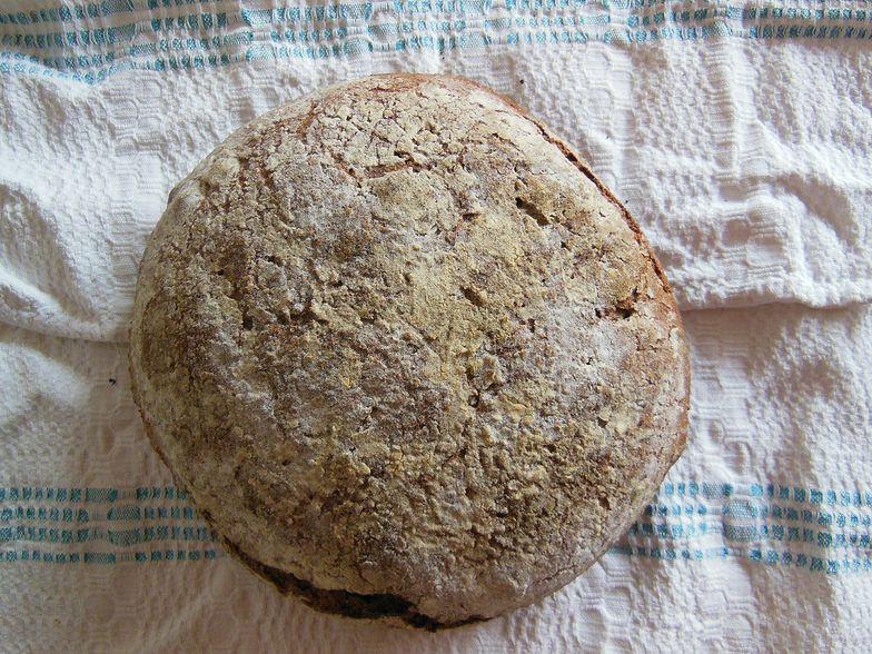 Przepis na chleb z drożdżami. Zrobisz go w naczyniu żaroodpornym