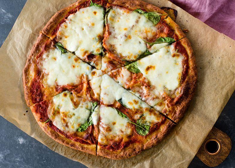 Pizza bez mąki i drożdży również może być chrupiąca