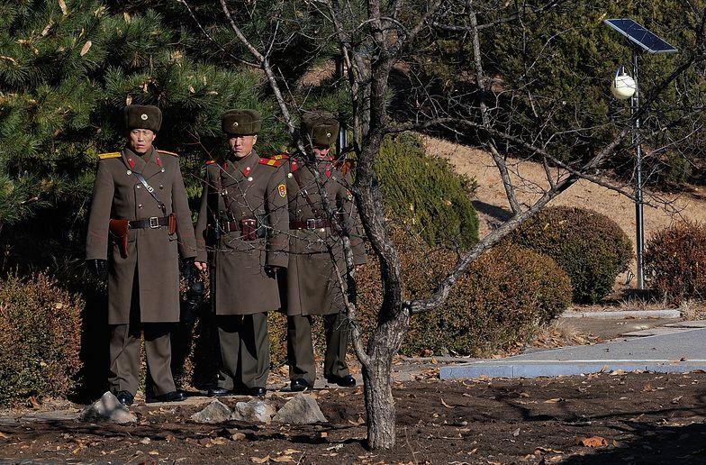 Żołnierze Kima głodują. Urzędnicy plądrują domy rolników