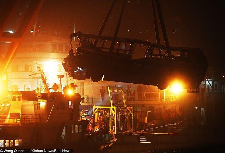 Chiński autobus spadł z mostu, bo kobieta zaatakowała kierowcę. Zginęło 15 osób