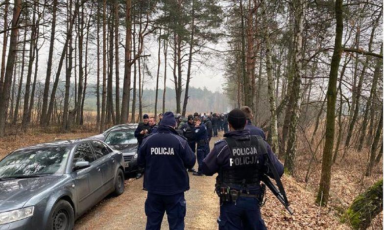 Śląskie. Do lasu przy A4 weszła policja. Wylegitymowano 50 osób