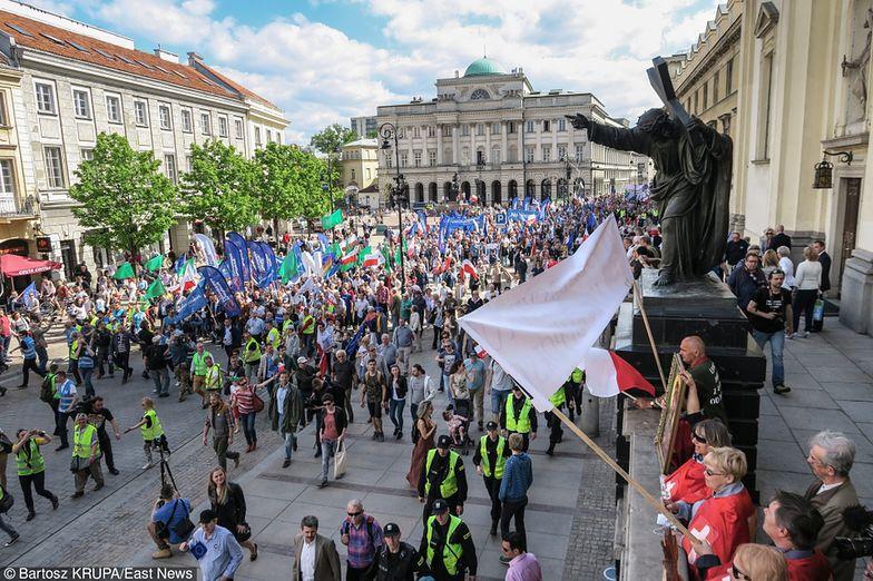 Tłumy na marszu KOD-u w Warszawie. Przyszło... 240 tysięcy osób!