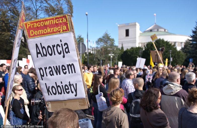 """Tłumy protestują pod Sejmem: """"Ani kroku dalej! Ratujmy kobiety!"""""""