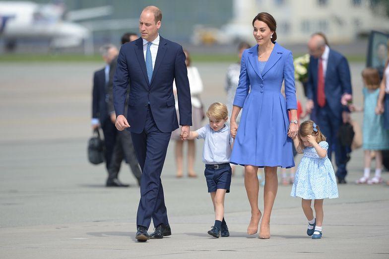 Kate i William z Jerzym i Charlottą na lotnisku