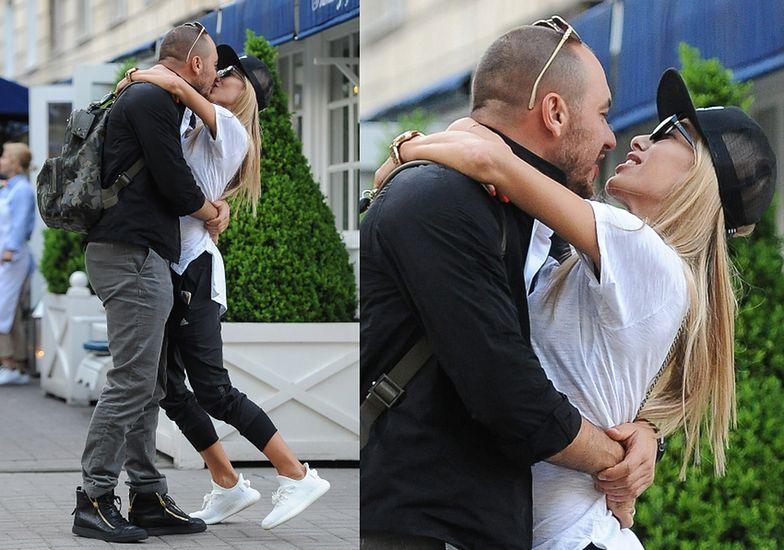 Ewa Chodakowska rzuca się mężowi na szyję