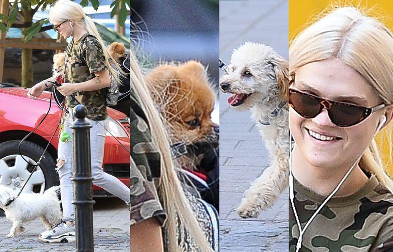 Margaret próbuje spacerować z czterema psami