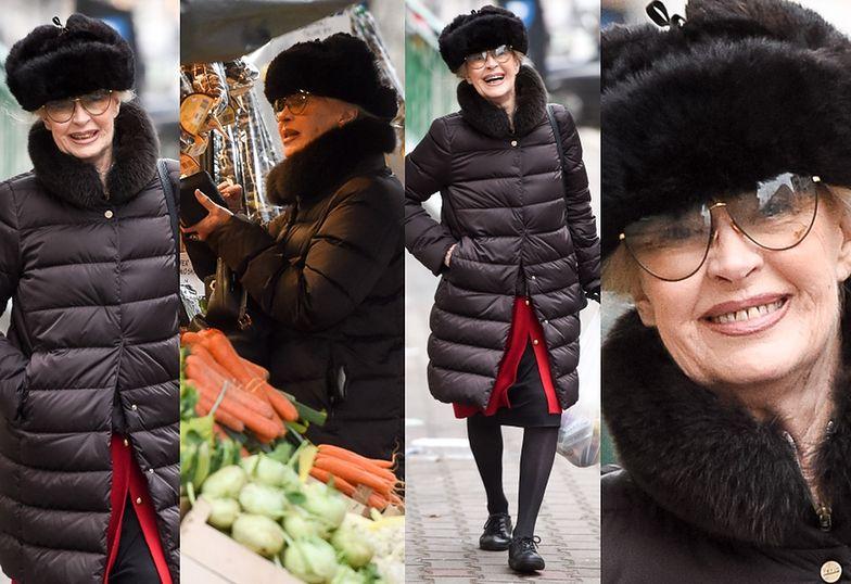 Beata Tyszkiewicz kupuje owoce na straganie