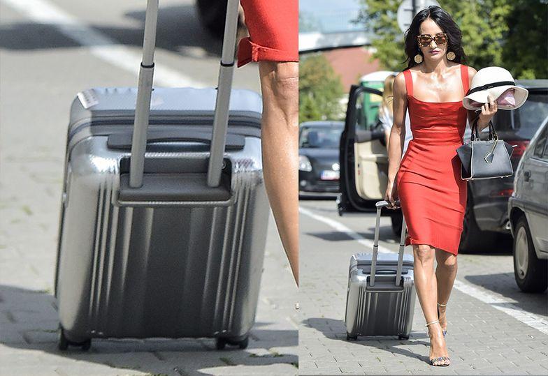 Samotna Jusia ciągnie walizkę po chodniku
