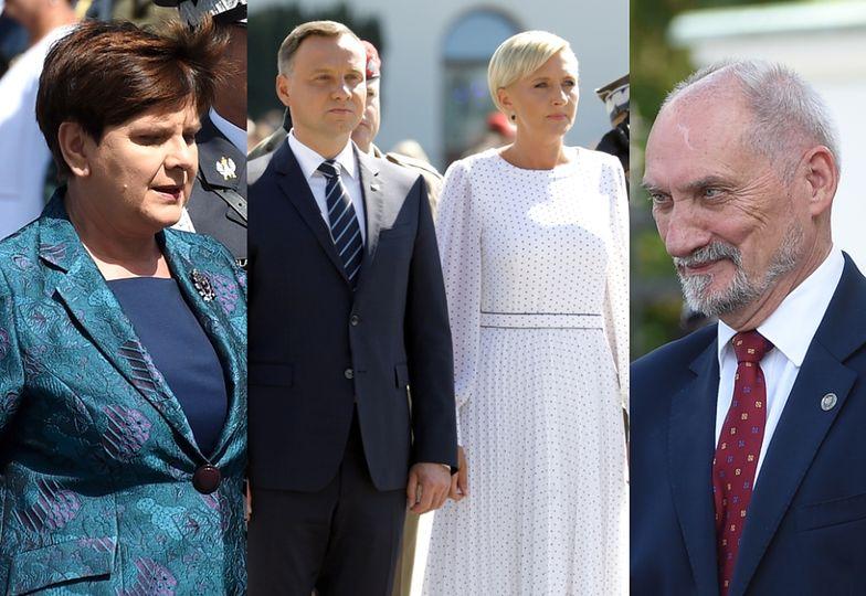 Beata Szydło, Andrzej Duda z żoną Agatą i Antoni Macierewicz na defiladzie