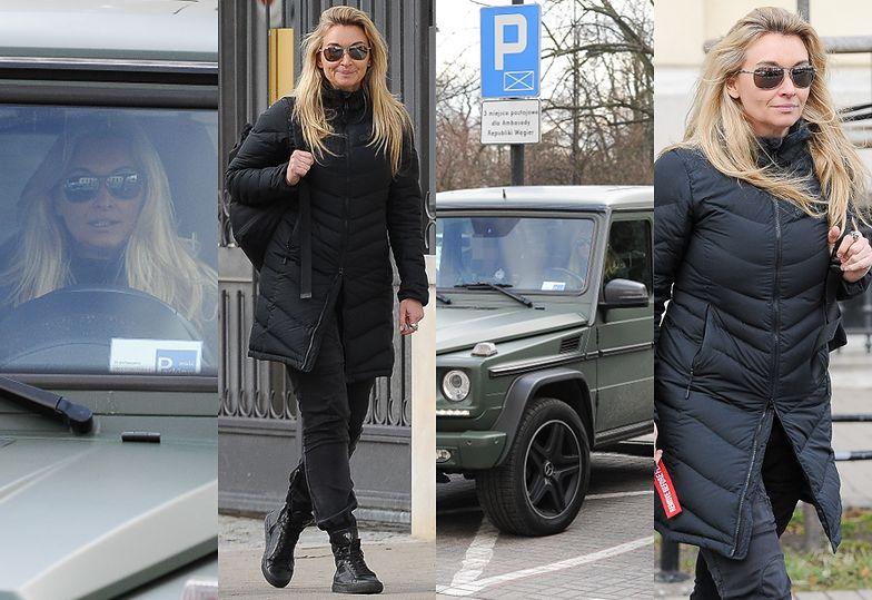 Martyna Wojciechowska w aucie za PÓŁ MILIONA łamie przepisy, parkując w niedozwolonym miejscu