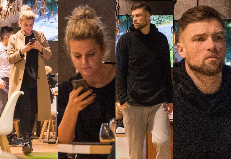 Pochłonięta smartfonem Zborowska na randce z Wroną w galerii handlowej