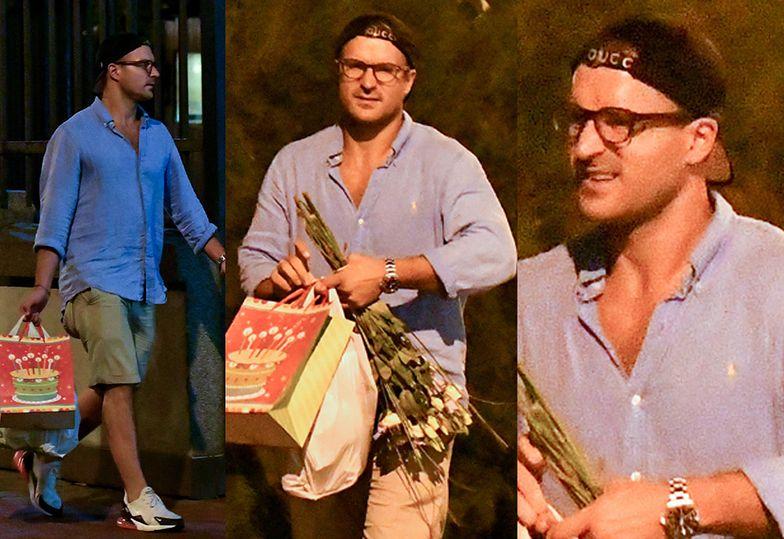 Stramowski niesie kwiaty i prezenty dla żony