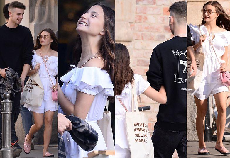 Dziewczęca Julia Wieniawa trzyma pod rękę Jeremiego Sikorskiego w drodze na obiad