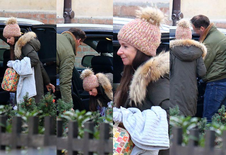 Rozczuleni Marta Kaczyńska i jej nowy mąż wpatrują się w syna pod domem