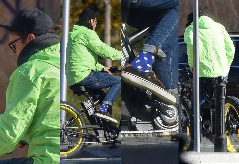 Neonowy Kuba Wojewódzki śmiga przez miasto rowerem za 10 tysięcy złotych