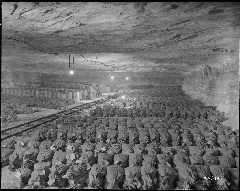 Worki oraz skrzynie wypełnione złotem, odnalezione przez Amerykanów w Merkers