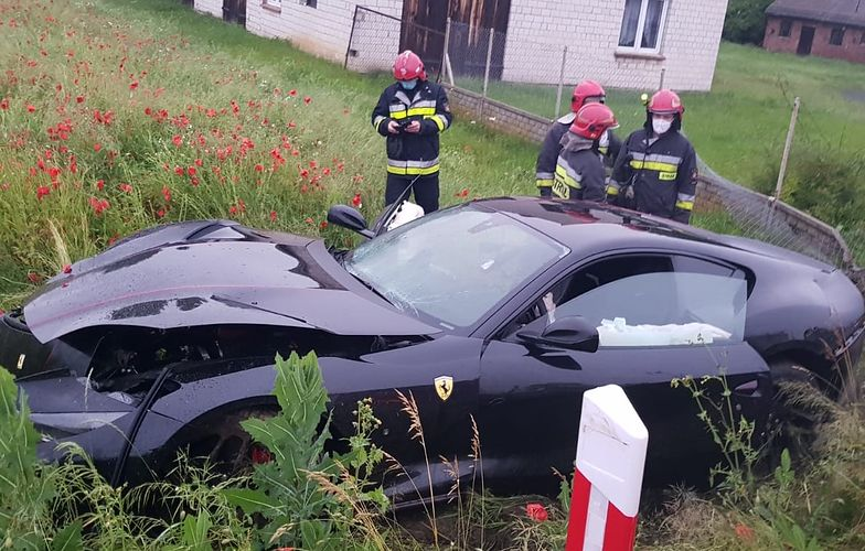 Wypadek w Łódzkiem. Rozbite ferrari. Kierowca chciał ominąć psa