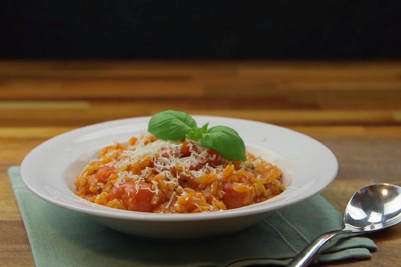 Risotto pomidorowe to idealny pomysł na szybki obiad.
