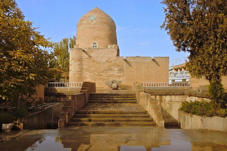 Zniszczeniom uległ między innymi żydowski grobowiec królowej Estery i Mordechaja