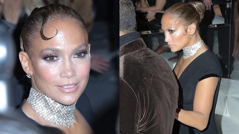 Jennifer Lopez z ulizanymi pejsami i nieudanym makijażem straszy na pokazie Toma Forda (FOTO)