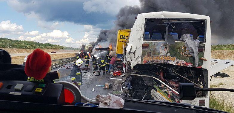 Bogusławice. Zderzenie autokaru i ciężarówek. 30 osób rannych