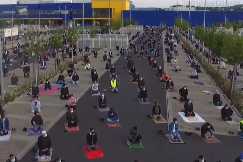 IKEA udostępniła muzułmanom parking, żeby wierni mogli się modlić, a jednocześnie stosować się do nakazów.