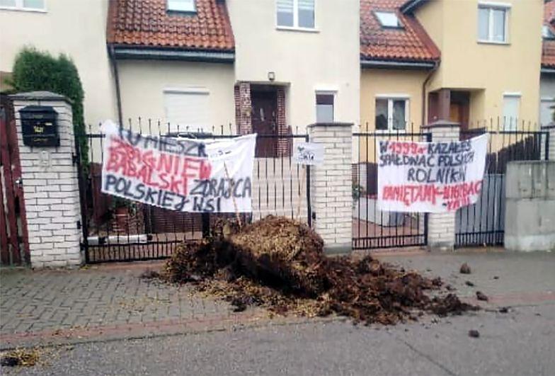 """""""Zdradzili polską wieś"""". Rolnicy zrzucili odchody przed domami posłów"""