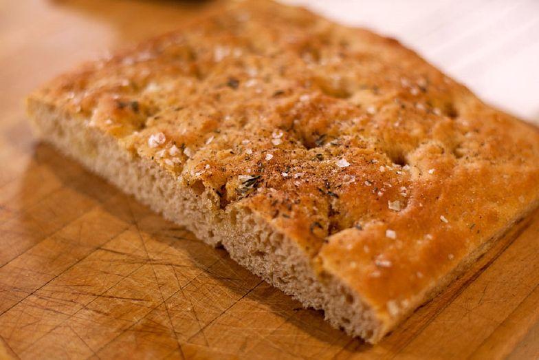 Focaccia wywodzi się z kuchni włoskiej. To rodzaj pieczywa, które wykorzystuje się jako spód na pizzę
