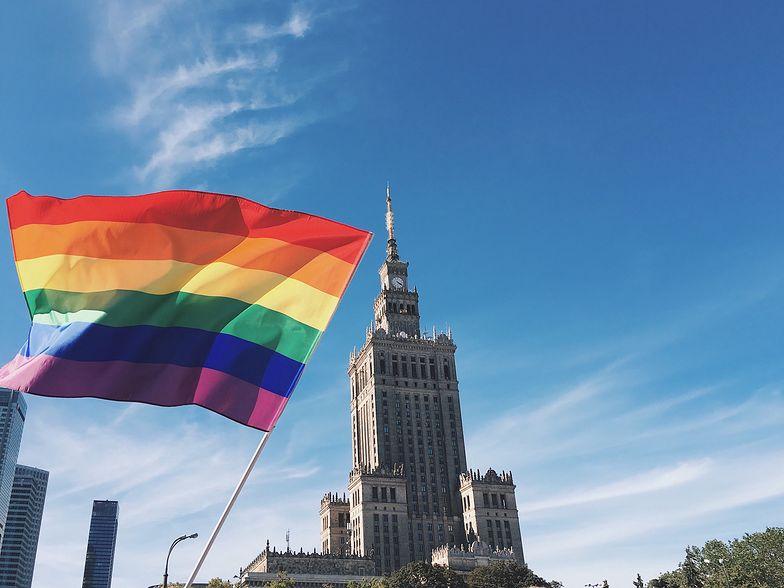 Warszawa. Tęczowe flagi na pomnikach. Są pierwsze zatrzymania aktywistów