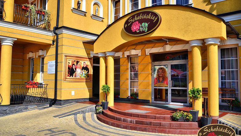 """Wejście do hotelu ze zdjęciem Magdy Gessler, która robiła tam swe """"kuchenne rewolucje"""""""