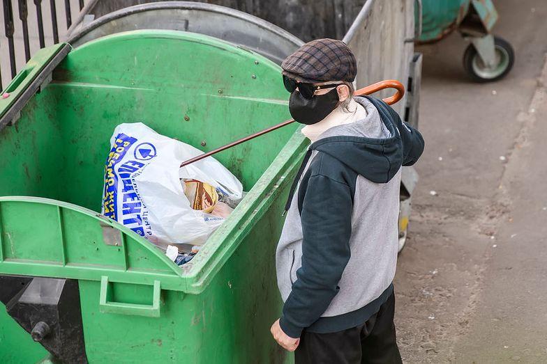 W Zawierciu oznakowano kosze na śmieci, z których korzystają zakażeni koronawirusem