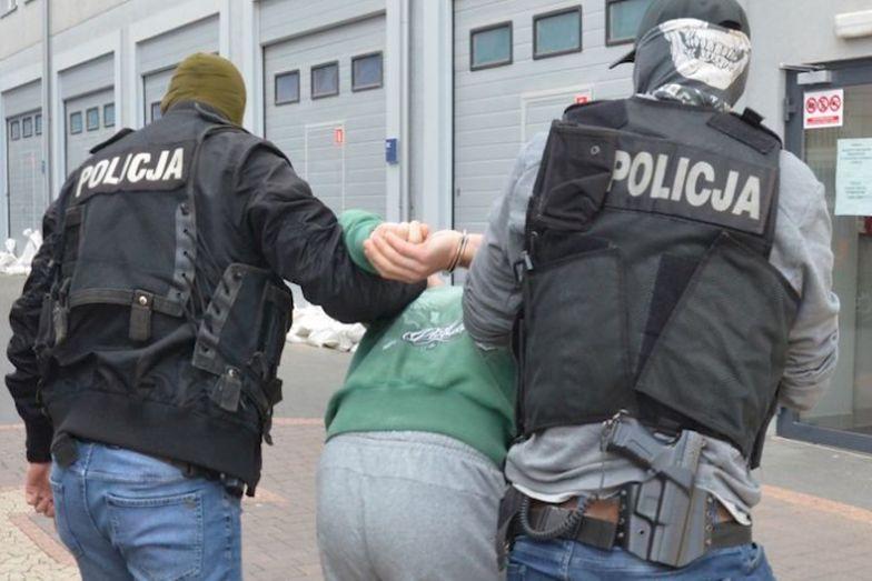 Pomorskie. Pseudokibic schował się przed policjantami pod kołdrą