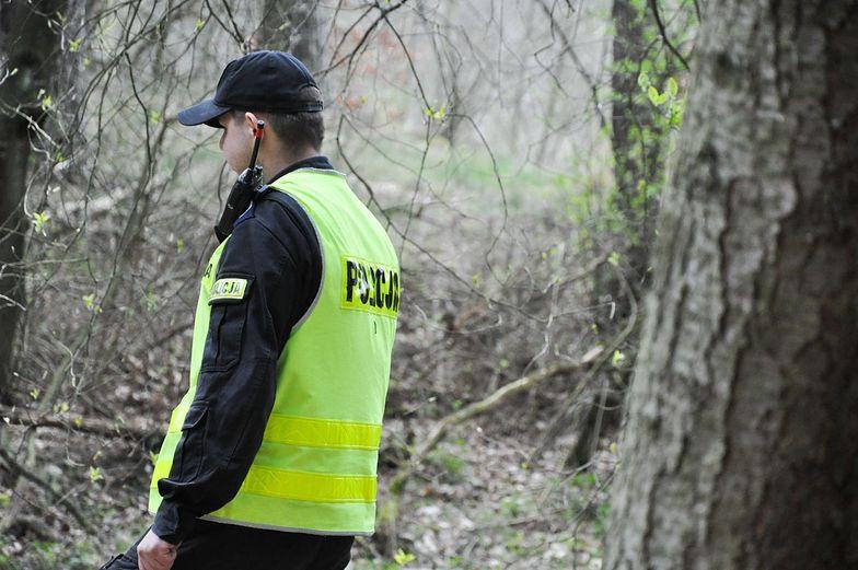 Wstrząsające odkrycie w lesie. Świadek wezwał policję