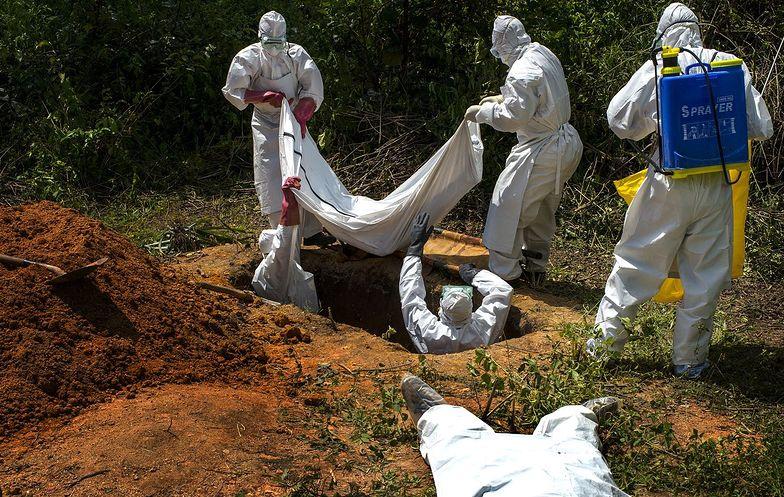 Pomimo ekstremalnego gorąca, służy medyczne walczące z epidemią Eboli, muszą ściśle przestrzegać rygoru sanitarnego