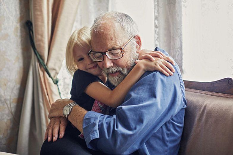 Dziadkowie nie muszą obawiać się, że wnuki zarażą ich COVID-19