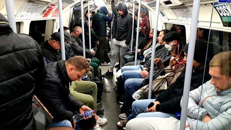 W londyńskim metrze znów pojawiły się tłumy.