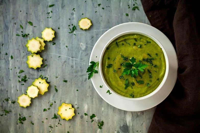 Zupa z cukinii jest łatwa w przygotowaniu i wspaniale smakuje