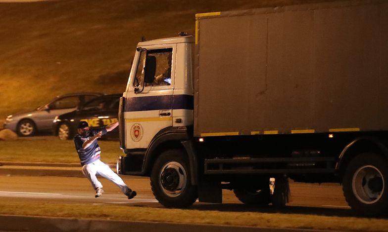Protesty na Białorusi. Milicyjna ciężarówka wjechała w protestujących. Nagranie przeraża