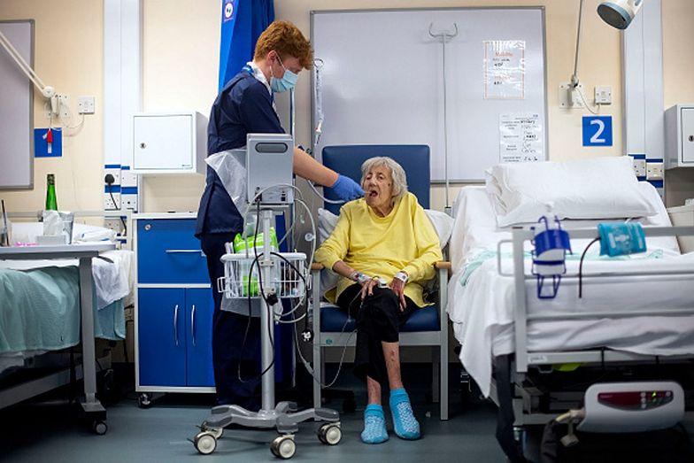 Większość śmiertelnych ofiar COVID-19 w Anglii to pensjonariusze domów opieki