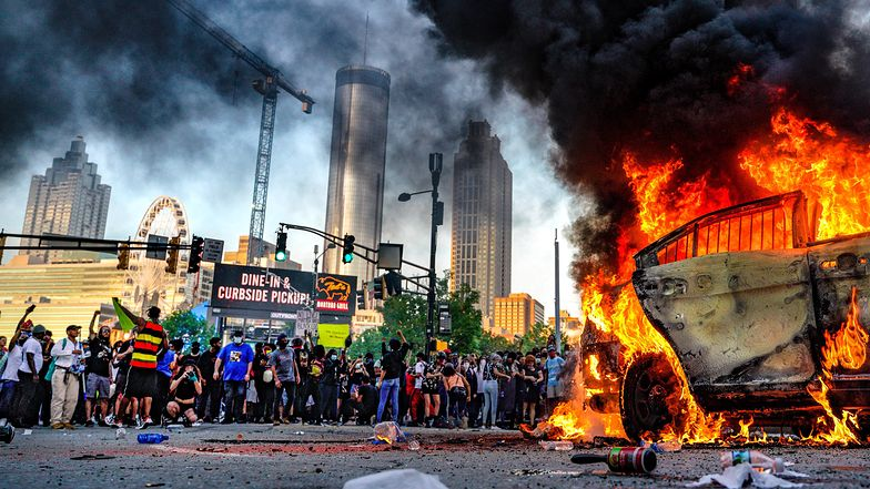 Zamieszki wybuchają w kolejnych amerykańskich miastach.
