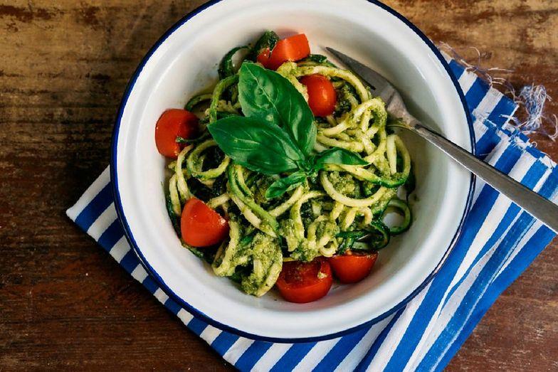 Spaghetti z cukinii z pomidorkami. Przepis na prosty obiad